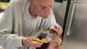 Συγκινητικό: Άνδρας 92 ετών βάφει τα μαλλιά της γυναίκας του όσο βρίσκονται σε καραντίνα!