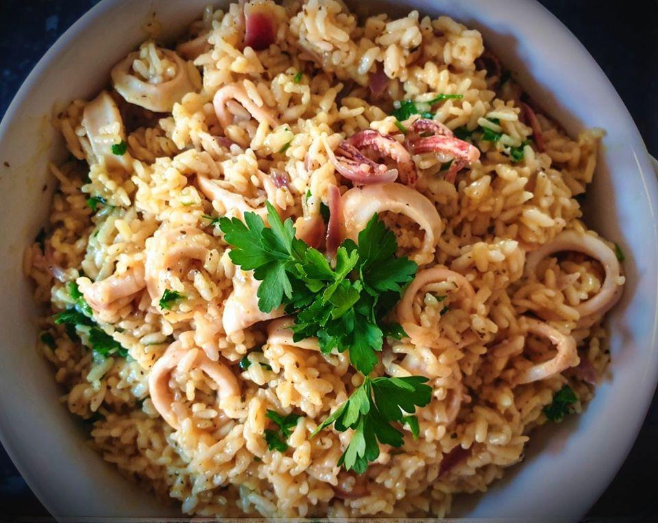 Καλαμαράκια με ρύζι, σκόρδο και κουρκουμά στο τηγάνι!
