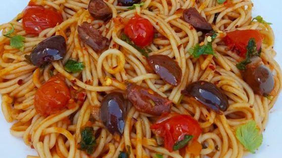 Μακαρονάδα με σάλτσα από ελιές και αντζούγιες!