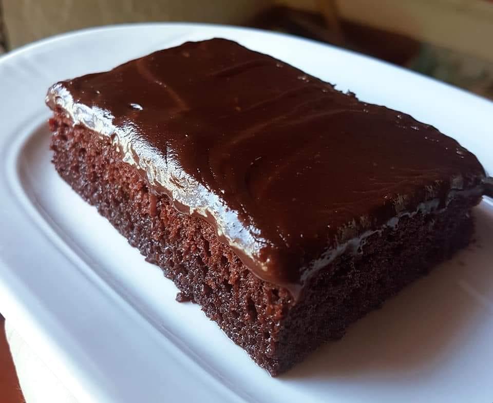 Σιροπιαστή σοκολατόπιτα με πλούσια επικάλυψη σοκολάτας!