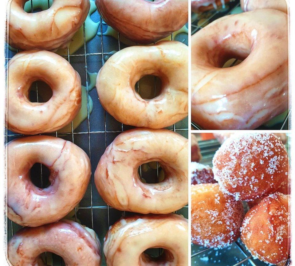 Συνταγή για donuts με γλάσο βανίλιας & λουκουμάδες με ζάχαρη με το περίσσευμα