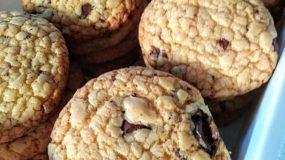 Τραγανά μπισκότα με λεμόνι και κομματάκια σοκολάτας!
