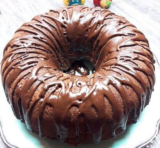 Κέικ σοκολάτας γεμιστό με πραλίνα φουντουκιού και μπισκότα