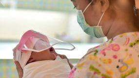 Κορονοϊός: Δείτε τον πρωτότυπο τρόπο που προστατεύουν τα νεογέννητα σε νοσοκομείο της Ταϊλάνδης