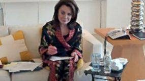 Η Γιάννα Αγγελοπούλου μας δείχνει το σαλόνι του σπιτιού της και το γραφείο της! Κυριαρχεί το κίτρινο (εικόνες)