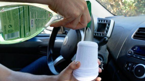 Έβαλε μια κάλτσα σε ένα ποτήρι για να καθαρίσει το αυτοκίνητό του & άλλα 6 έξυπνα κόλπα για το αυτοκίνητο!
