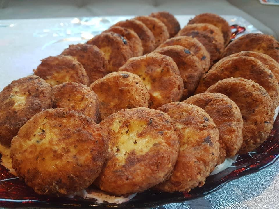 Συνταγή για πατατοτεκεφτέδες στο τηγάνι με φέτα και δυόσμο