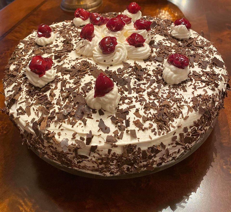 Ευκολη τούρτα black forest με ζαχαρούχο γάλα