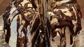 Τρίπατη τούρτα σαν κέικ με σαντιγί και γλάσο σοκολάτας