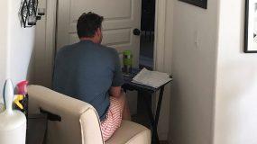 Η φωτογραφία που λύγισε το διαδίκτυο: Αυτός ο άνδρας βρήκε τον τρόπο να είναι δίπλα στην άρρωστη & σε καραντίνα γυναίκα του