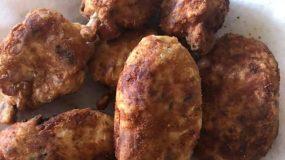 Μπουτάκια κοτόπουλου πανέ με πατάτες και κεφαλογραβιέρα στο τηγάνι