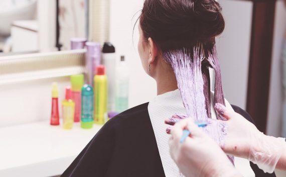 Πως να βάψεις μόνη σου τα μαλλιά σου βήμα βήμα από το σπίτι