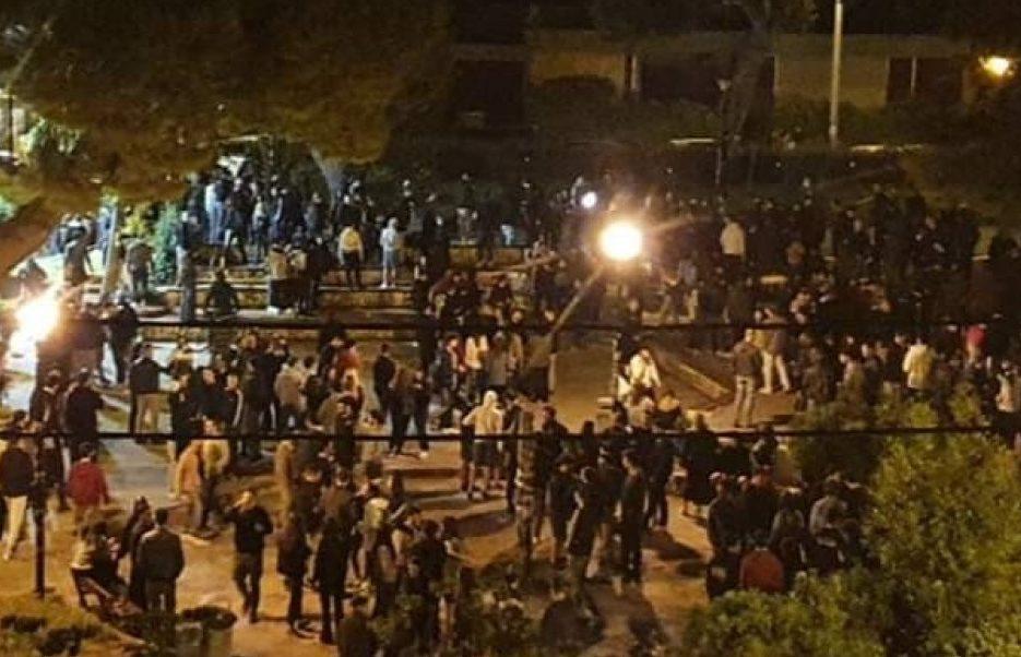 Πάρτι 400 ατόμων σε πλατεία της Αθήνας με μουσική & μπύρες- Μετατράπηκε σε εμπόλεμη ζώνη με τα ΜΑΤ