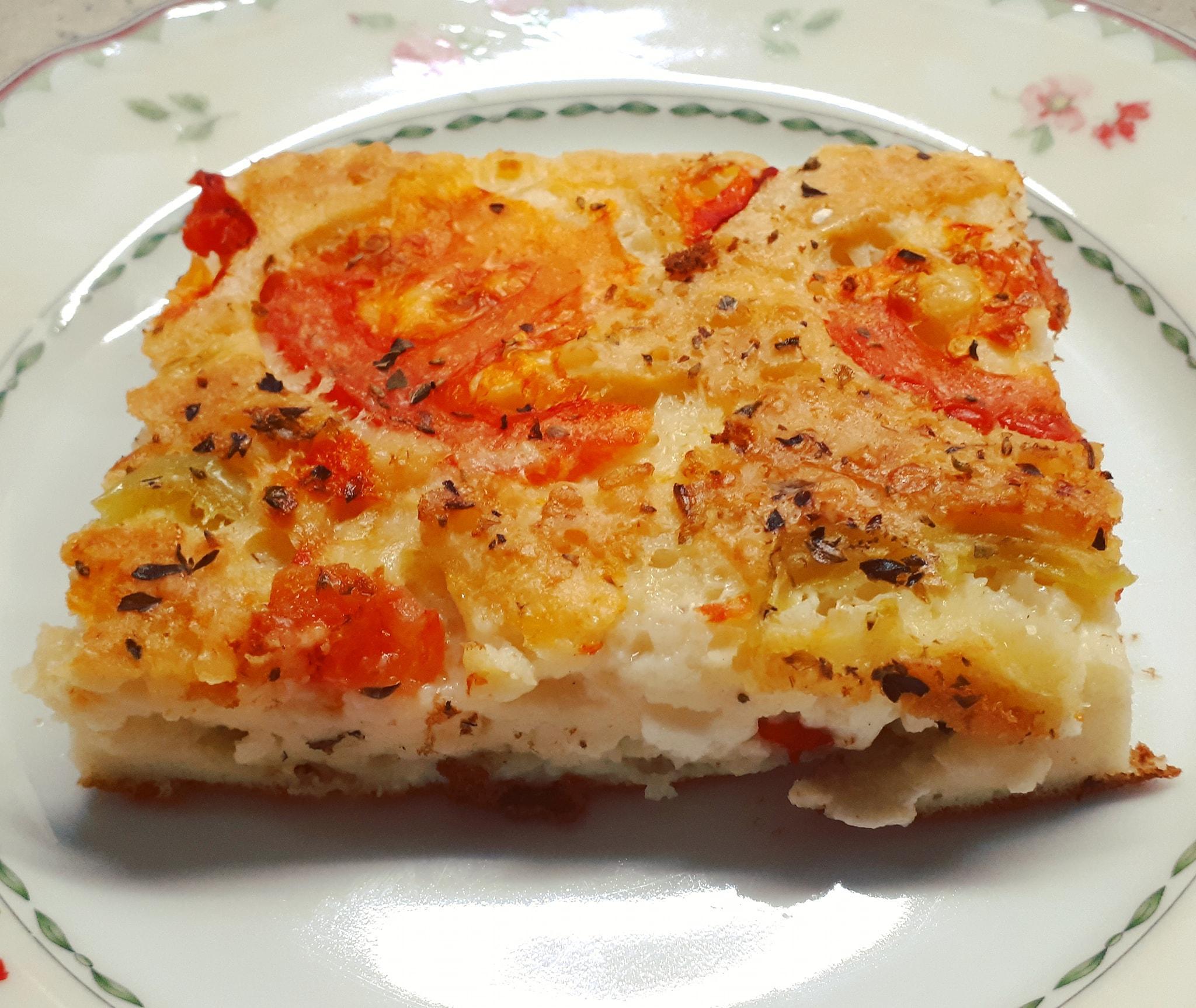 Καλοκαιρινή τυρόπιτα χωρίς φύλλο με ντομάτα και πιπεριες