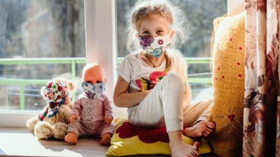 Οι μάσκες θέτουν σε κίνδυνο τα παιδιά; Γιατρός εξηγεί αν και πως κινδυνεύουν τα παιδιά