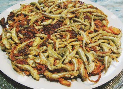 Γόνος τηγανητός με ντομάτα και κρεμμυδάκια