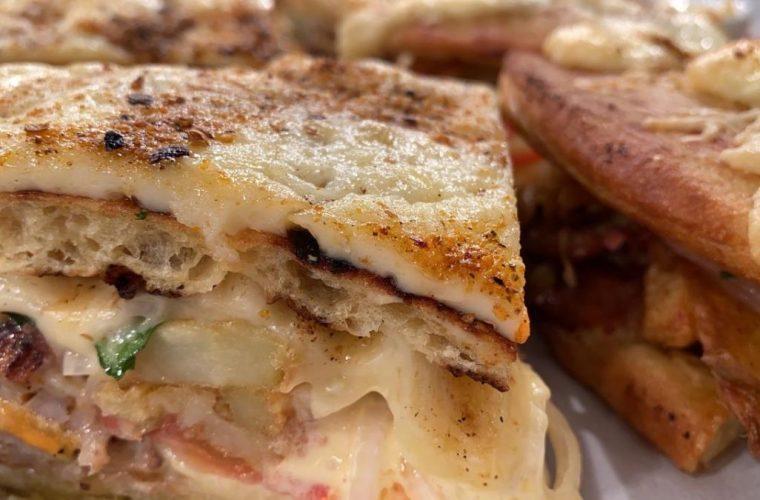 Πίτα σκεπαστή με γύρο και κοτόπουλο από τον Βασίλη Καλλίδη! (vid)