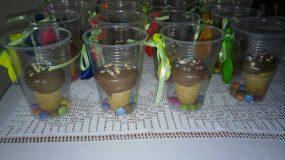 Ατομικά γλυκά σε πλαστικά ποτηράκια κεκακια σε χωνακι παγωτού.