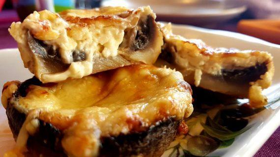 Μανιτάρια στο φούρνο γεμιστά με τυριά και μπέικον