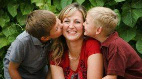 Τα αγoρια που είναι δεμένα με την μαμά γίνονται πιο υγιείς & επιτυχημένοι ενήλικες