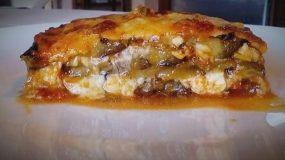 Μελιτζάνες στο φούρνο με σάλτσα ντομάτας και τυριά σαν σουφλέ