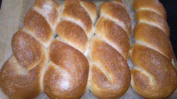 Αφράτα γλυκά ψωμάκια με μαγιά πασπαλισμένα με ζάχαρη