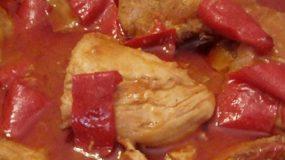Κοτόπουλο κοκκινιστό με πάπρικα και πιπεριές