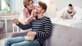 Ο άντρας μου είναι μαμάκιας! Ακόμη και στις διακοπές θέλει να πάρει την μάνα του μαζί!