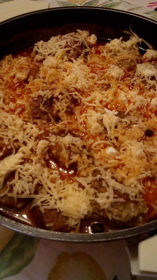 Κεφτεδάκια με σάλτσα ντομάτας και λιωμένα τυριά στο φούρνο