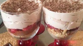 Ατομικά γλυκά ψυγείου με φράουλες, σαντιγί και πραλίνα φουντουκιού