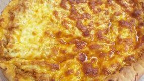 Σκορδόψωμο με κιμά και λιωμένο τυρί σαν πιτσα