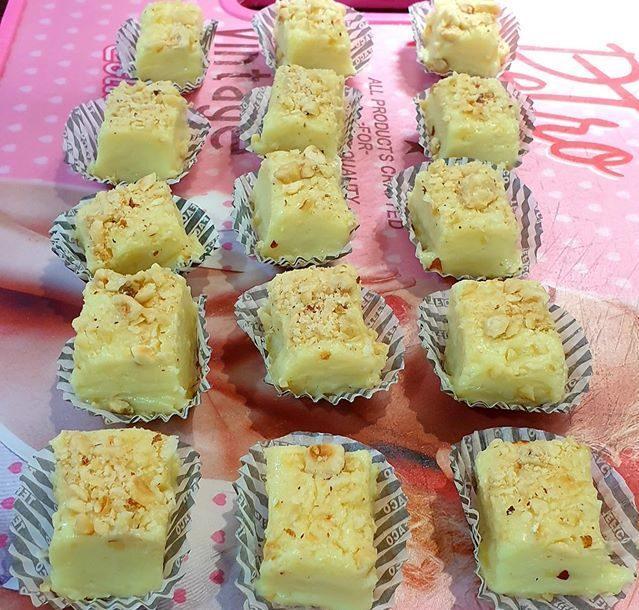 Σοκολατάκια  τύπου fudge με λευκή σοκολάτα και φουντούκια