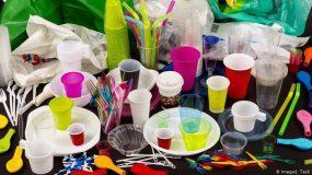 Τέλος σε 9 πλαστικά μιας χρήσης: Αποσύρονται μπατονέτες, πιάτα & καλαμάκια
