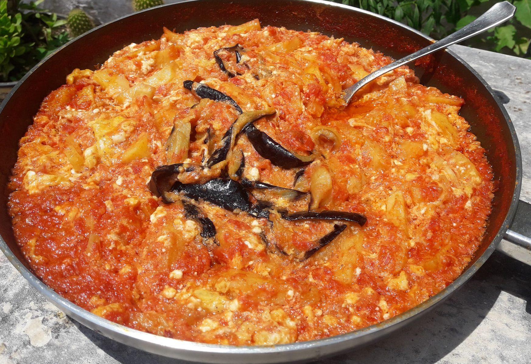 Καγιανας με μελιτζανες: Εναλλακτική παραδοσιακή συνταγή για στραπατσάδα!