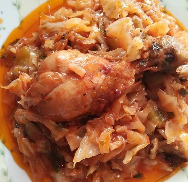 Κοτόπουλο κοκκινιστό με λάχανο: Μία πεντανόστιμη μαμαδίστικη συνταγή