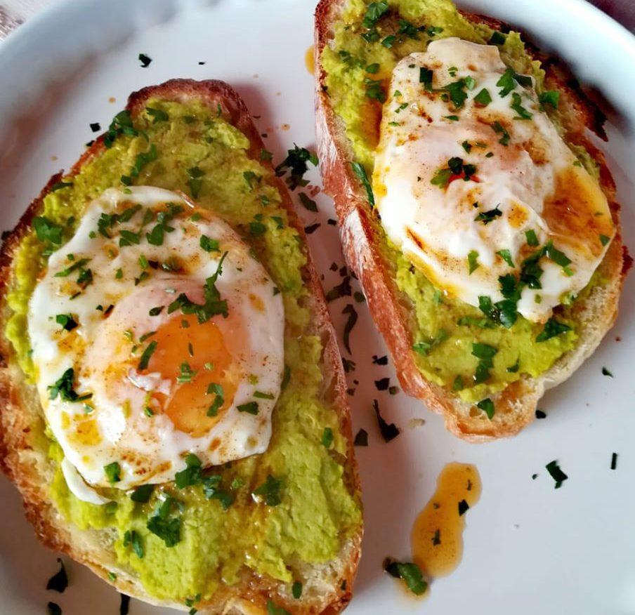 Πρωινό με φρυγανισμένο ψωμί αυγά και ντιπ αβοκάντο