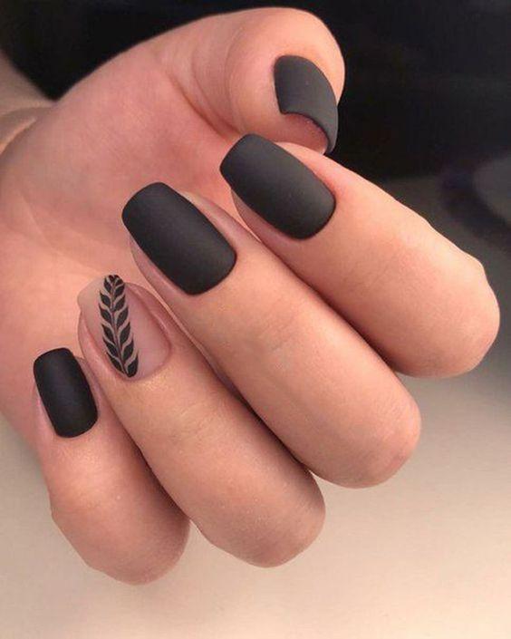 Ποιος είπε ότι το μαύρο δεν είναι της μόδας και το Καλοκαίρι; 15 ιδέες μανικιούρ & πεντικιούρ για να επιλέξεις
