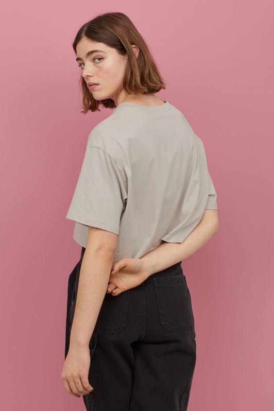 H Βίκυ Καγιά μας δείχνει πώς να κάνουμε ένα απλό μπλουζάκι από τα H&M να δείχνει στιλάτο! (εικόνα)