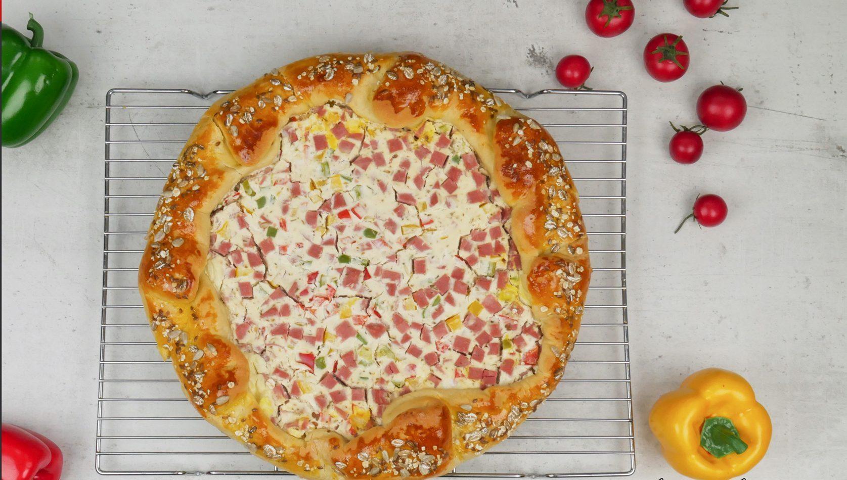 Ξεσκέπαστη πίτα με τυρί κρέμα πιπεριές και αλλαντικά