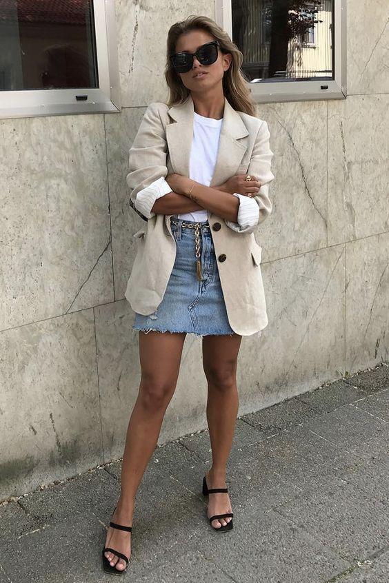 μίνι τζιν φούστα με λευκό μπλουζάκι και κρεμ πανωφόρι
