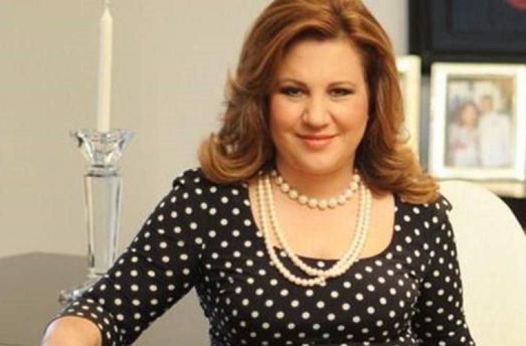 Η Μοιραράκη μαθαίνει από τους δημοσιογράφους για την σχέση του γιου της με τραγουδίστρια και είναι απολαυστική!
