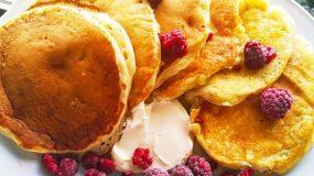 Pancakes μπανάνα, γιαούρτι με Philadelphia και Raspberries