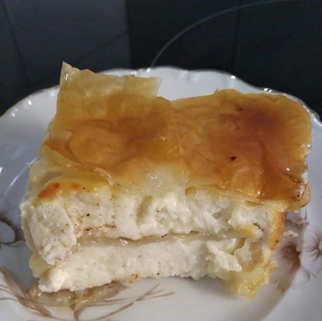 Μπουρέκι: Παραδοσιακή κρητική σιροπιαστή πίτα με γλυκιά μυζήθρα