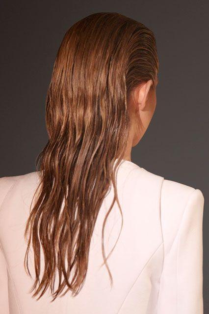 Το wet look είναι το hairstyling του Καλοκαιριού! Οι παρακάτω ιδέες θα σε πείσουν να το υιοθετήσεις