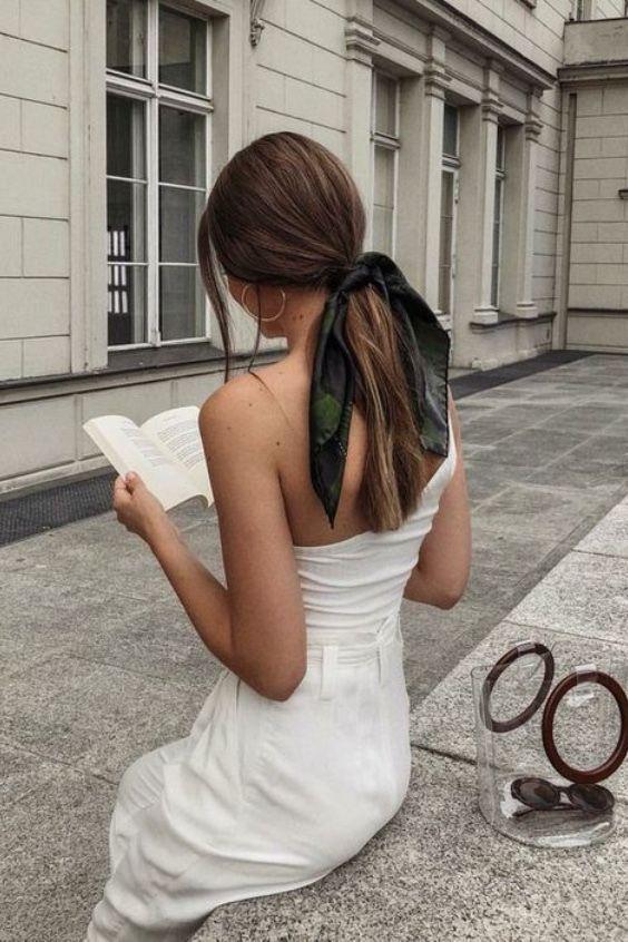 Χαμηλή κοτσίδα στα μαλλιά: Το χτένισμα που ταιριάζει σε ΟΛΕΣ τις γυναίκες - Δες 15 ιδέες με αλογοουρές & πλεξούδες