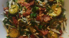 Σαλάτα με κολοκυθάκια, μπέικον και σως μαγιονέζας