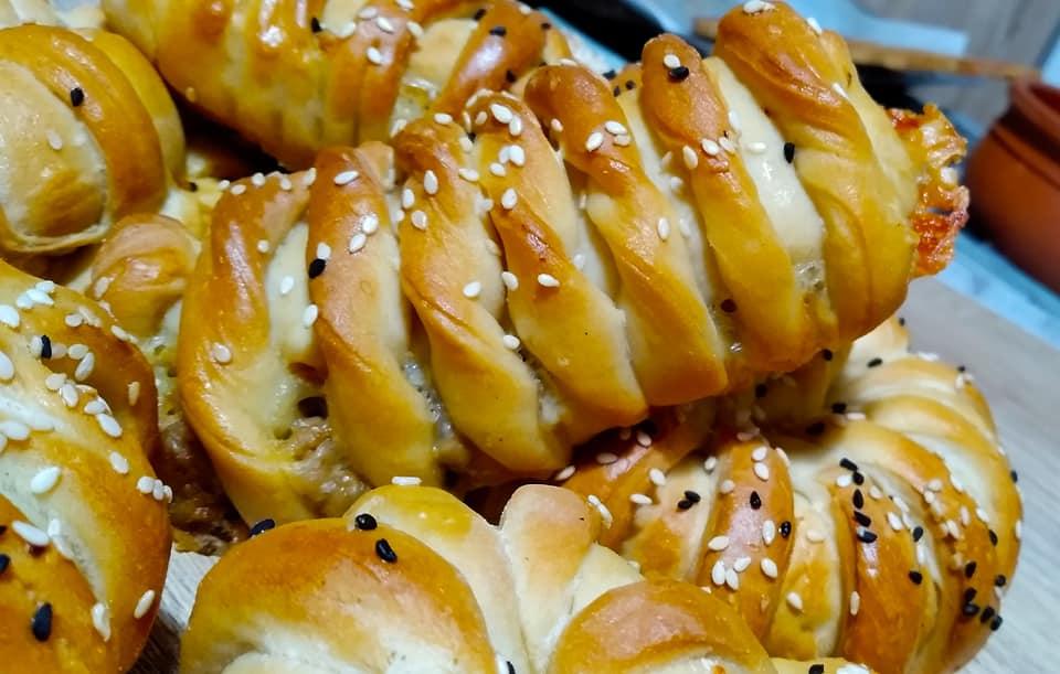 Σας περίσσεψε κιμάς; Μαλακά ψωμάκια γεμιστά με κασέρι ιδανικά για κολατσιό!