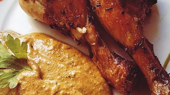Αρωματικά μπουτάκια κοτόπουλου με σάλτσα πιπεριάς