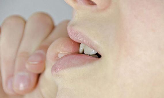 Τρώτε τα νύχια σας; Δείτε 10 τρόπους να κόψετε αυτή την κακή συνήθεια ΆΜΕΣΑ!