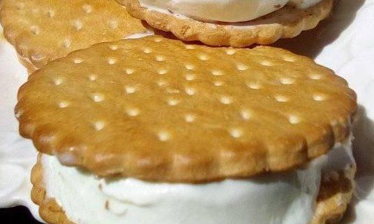 Μαλακό παγωτό βανίλια για σάντουιτς ή και σκέτο με μόνο 2 υλικά!